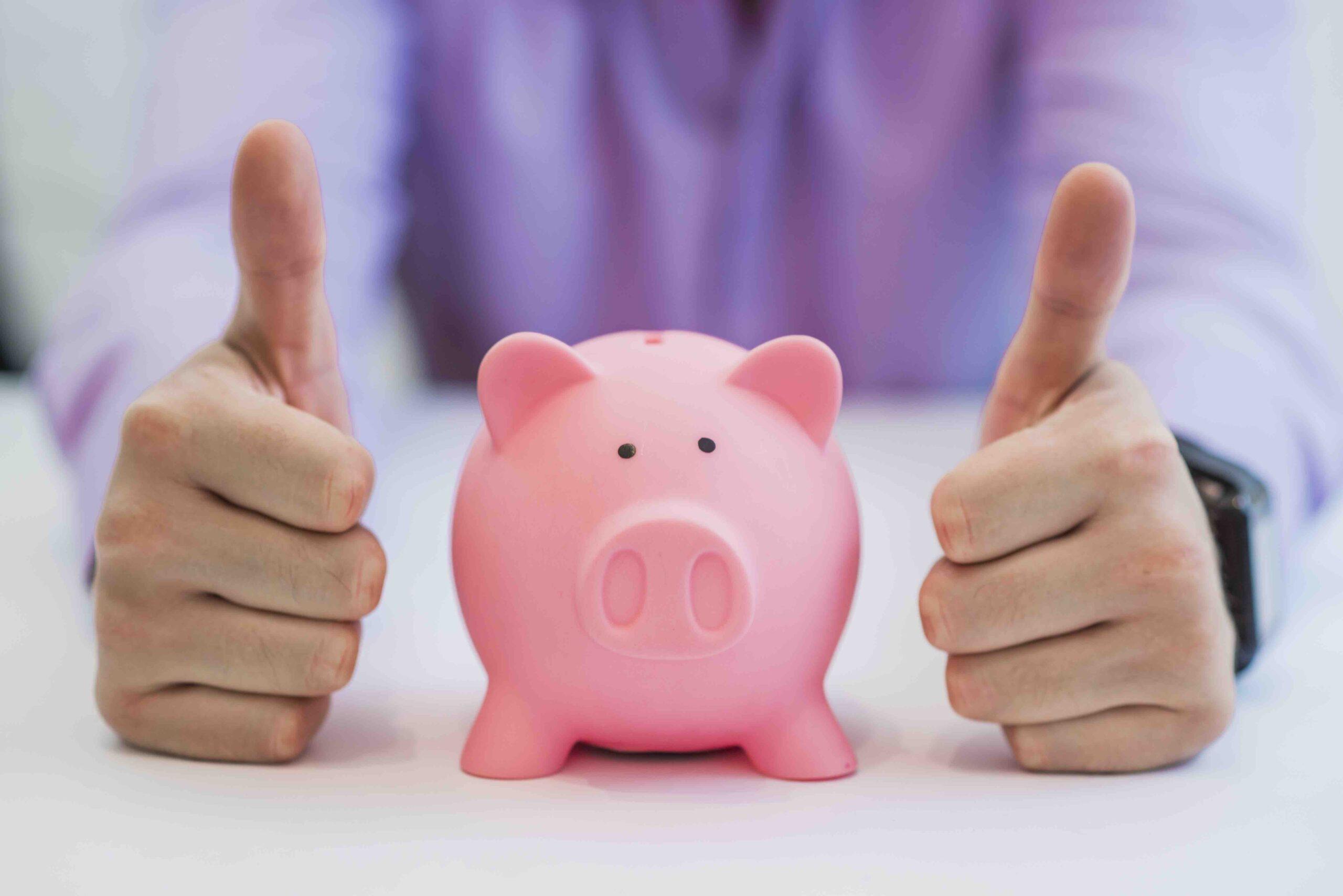Mand med sparegris, der holder tommelfingrene op fordi han har sparet penge på rengøring gennem et servicefradrag.